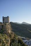 Gammal arabisk slott av Zahara de la Toppig bergskedja i landskapet av Cadiz, Andalusia, Spanien royaltyfria bilder