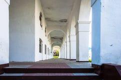 Gammal arkitektonisk korridor på gatan Arkivfoto