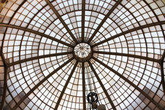 Gammal arkitektur av exponeringsglas Arkivbild