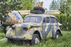 Gammal armébil på trädgård Fångade 20 kan 2016 ledare Royaltyfria Foton