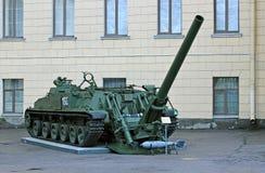 Gammal artillerikanon nära till Michael'sens den militära artilleriakademin Arkivbild