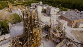 Gammal asfalt- och betongväxt, med stora metallstrukturer flyg- sikt arkivfilmer