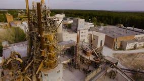 Gammal asfalt- och betongväxt, med stora metallstrukturer flyg- sikt lager videofilmer