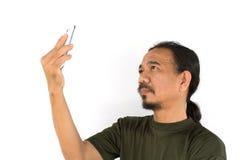 Gammal asiatisk man som använder minnestavla-PC Royaltyfri Foto