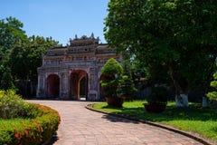 Gammal asiatisk port i parkera royaltyfri foto