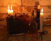 Gammal ask med flaskor i källare Royaltyfri Fotografi