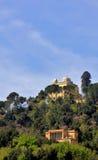 Gammal astronomisk observatorium som fördjupas i en skog i Montemario, R arkivbild