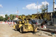 Gammal auto kran på en spårvagnkonstruktionsplats Royaltyfri Fotografi