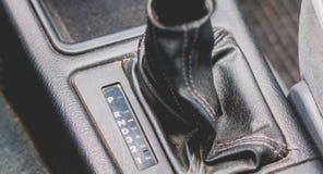 Gammal automatisk hastighetsskiftare på en bil av 90-tal Royaltyfria Foton