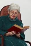 gammal avläsningskvinna Royaltyfria Bilder