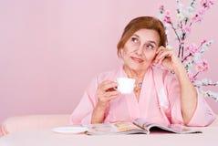gammal avläsningskvinna för tidskrift royaltyfri bild