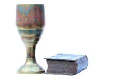 Gammal bägare och bibel Arkivfoto