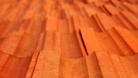 Gammal bakgrund för closeup för tak för röda tegelplattor med dagsljus royaltyfri bild