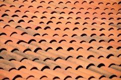 Gammal bakgrund för tak för röda tegelplattor fotografering för bildbyråer