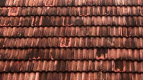 Gammal bakgrund för tak för röda tegelplattor med dagsljus arkivbilder