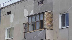 Gammal balkong med murverk i ett höghus arkivfilmer