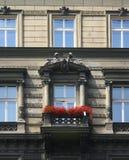 Gammal balkong med röda blommor Royaltyfria Foton