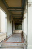 gammal balkongbyggnad Arkivfoton