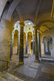 Gammal baptisery som omges av romerska kolonner inom aixen Cathedr royaltyfri bild