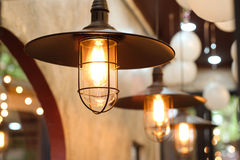 Gammal belysninglampa med retro bakgrund Arkivfoto