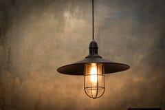 Gammal belysninglampa med retro bakgrund Arkivfoton