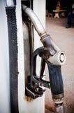 Gammal bensin för bränslepumpar på en lokal bränslestation Arkivfoton