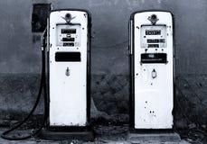 Gammal bensinstation Arkivfoto