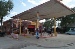 Gammal bensinstation med James Dean At The Fountains i Seligman royaltyfri foto