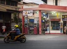 Gammal bensinstation på Guerro-Monteverde gator, davao stad, Filippinerna Royaltyfria Bilder