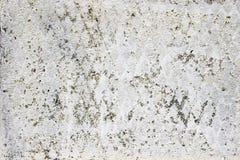 Gammal betongvägg med ett lager av bortförklaringen, stuckaturtextur arkivbild