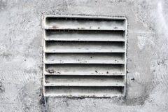 Gammal betongvägg med lufthålet Arkivfoto