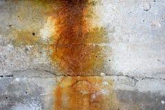 Gammal betongvägg med rost Arkivfoto