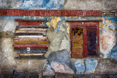 Gammal betongvägg med stigit ombord upp fönster Royaltyfria Bilder