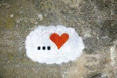 Gammal betongväggbakgrund med hand målad hjärta Arkivfoton