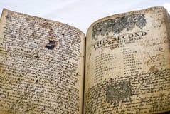 Gammal bibelinnehållssida med omfattande anmärkningar arkivbild