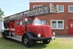 Gammal bil, brandlastbil Arkivbild