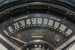Gammal bil för hastighetsmätarevägmätare Arkivbild