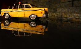 Gammal bil för taxi för guling för tappningleksakmetall Royaltyfri Fotografi