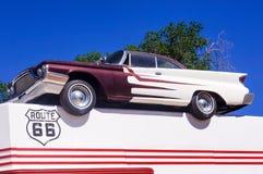 Gammal bil i den berömda vägen för rutt 66 i USA Royaltyfri Foto