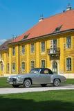 Gammal bil i den Schonbrunn slotten Arkivfoton