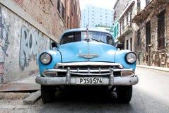 Gammal bil i ett lopp till Kuba Arkivbild