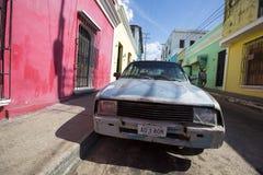 Gammal bil i gatan av Ciudad Bolivar, Venezuela Royaltyfri Bild