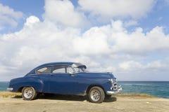 Gammal bil i Havana Arkivfoto