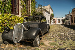 Gammal bil i kolonial stad Arkivfoto
