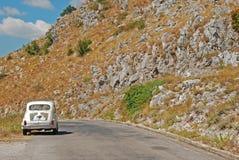 Gammal bil i Montenegrin berg Royaltyfria Foton