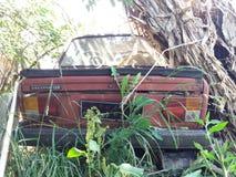 Gammal bil i parkeringen Royaltyfri Bild