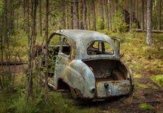 Gammal bil i skog Royaltyfria Foton