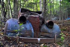 Gammal bil i skogen Arkivbild