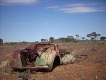 Gammal bil i vildmarken Royaltyfri Bild