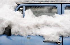 Gammal bil i vinter Arkivfoto